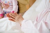 手を繋ぐシニア女性と孫