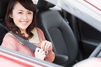 シートベルトを締める笑顔の日本人女性