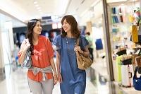 ショッピングをする日本人女性