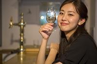ワインを飲む20代日本人女性
