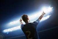 サッカー選手とスタジアムの照明