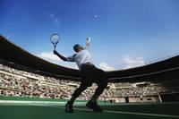 サーブを打つ男子テニス選手