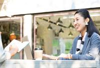 カフェで仕事をする日本人女性