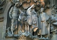 スペイン サグラダ・ファミリア 生誕のファサード イエスを抱...