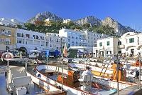 イタリア カプリ島のマリーナ・グランデの港と街並み
