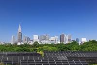 東京都 高層ビル群と太陽電池パネル