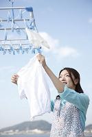 ベビー服を干す日本人女性
