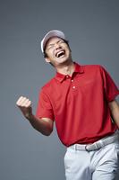 ガッツポーズする男子ゴルフ選手