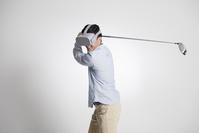 ゴルフ VRゴーグルを付けた日本人男性