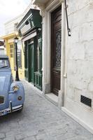 おしゃれなヨーロッパイメージの街並みとかわいい車