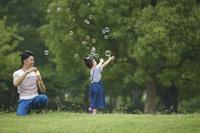 シャボン玉で遊ぶ日本人親子
