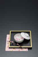 桃の花と白い食器