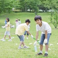 ゴミ拾いをする日本人の子供たち