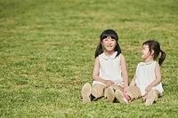 芝生の上でくつろぐ日本人の女の子