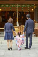 両親の手を繋ぐ七五三の女の子