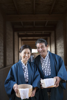 温泉で浴衣と羽織の中高年夫婦