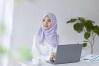 見上げるムスリムの女性