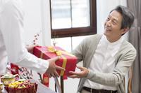 父の日にプレゼントを贈る息子