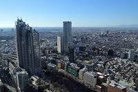 東京都 都庁展望室からの新宿パークタワーと東京オペラシティ