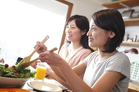 ランチタイムの日本人女性イメージ