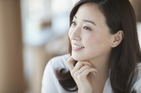 カフェでくつろぐ日本人女性