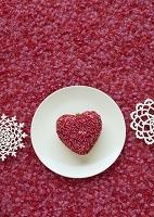 白い皿に置いた赤いハートのクラフト