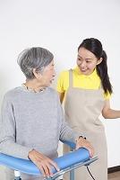 介護士の女性と歩行訓練をするおばあちゃん