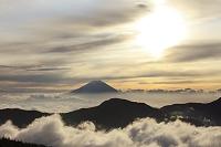 静岡県 富士見平 富士山と雲海の山並みと朝日