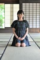 畳に正座する日本人女性