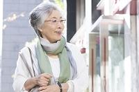 街を歩くシニア日本人女性