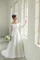 窓辺に佇む美しい花嫁
