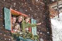 クリスマスを過ごす家族