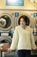 コインランドリーにいる日本人女性