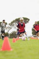 サッカーチームで練習する子供