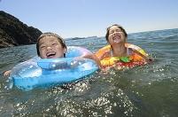 浮き輪で海水浴の日本人の子供