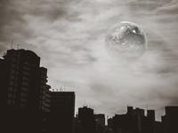 ビル群の上空に浮かぶ地球