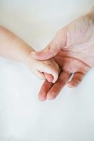 人差し指を握る赤ちゃんの手