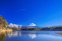 山梨県 西湖と冬の富士山