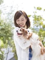 犬を抱く日本人女性