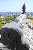 兵庫県 姫路城 大天守の桐の家紋と鯱瓦