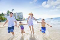 ビーチを楽しむ家族