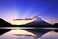 山梨県 精進湖から日の出の富士山と光芒