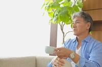 お茶を飲むシニアの日本人男性
