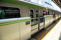 東京都 駅のホームドア 山手線 有楽町駅 電車