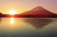 山梨県 日の出の富士山と精進湖