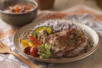 鶏肉の香草焼きと雑穀ごはんとグリル野菜