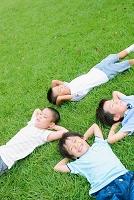 芝生で寝る小学生