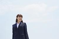 日本人ビジネスウーマンと青空
