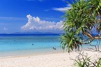 沖縄県 エメラルドグリーンの海と西表島と空 ニシ浜 波照間島