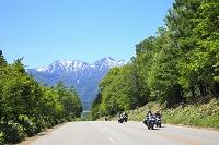 北海道 富良野 道路と残雪の十勝岳連峰